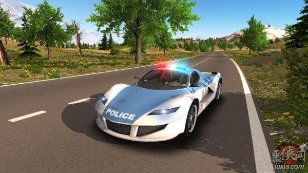 警车驶离公路